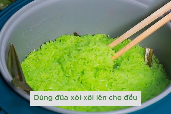 nau-xoi-la-dua-bang-noi-com-dien